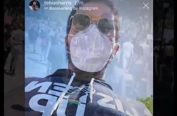 76人哈里斯今天参加了游行,并在游行时与队友视频聊天