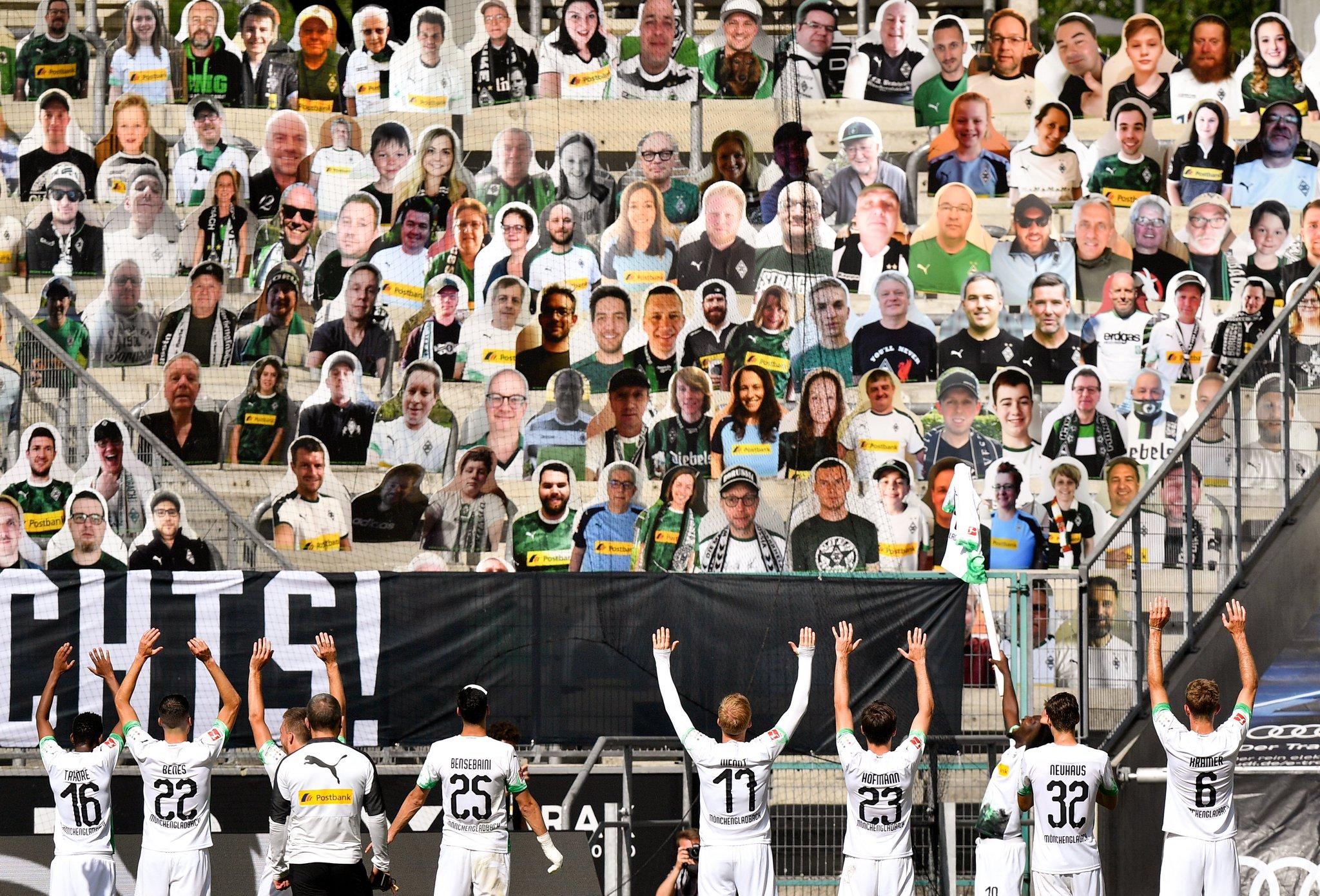 4-1大胜柏林联合后,门兴全队致谢看台纸质球迷