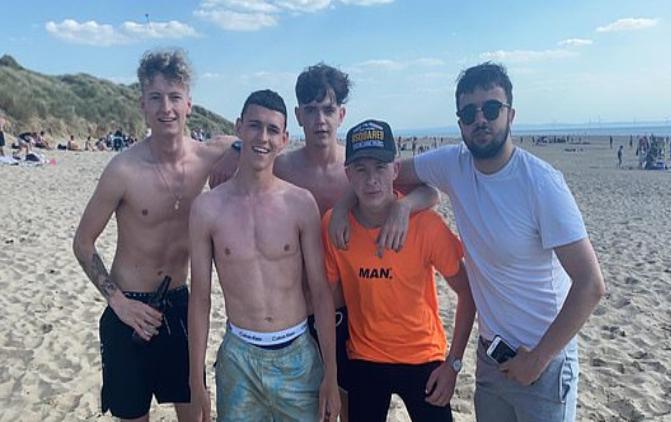 邮报:福登被拍到和友人在沙滩上踢球,违反社交规定
