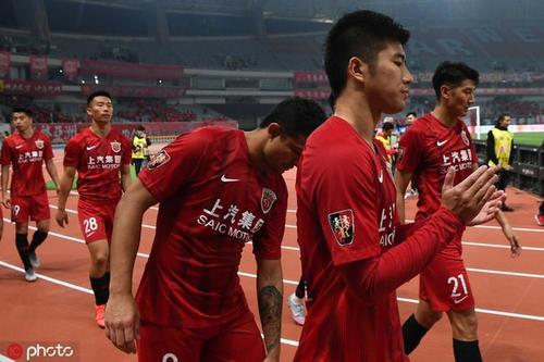 记者:上港近10名国内球员合同年暂未续约,恐影响战绩