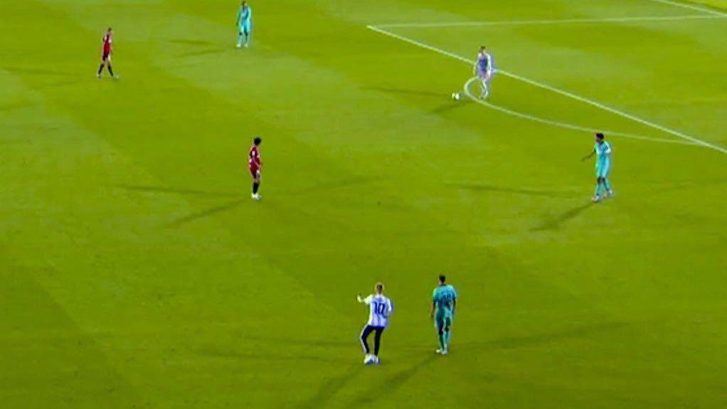空场还能进?一男子身穿阿根廷球衣入场与阿尔巴合影  足球话题区