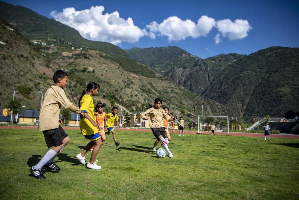 怒江大峡谷娃娃有了标准足球场:我喜欢C罗,想进国家队