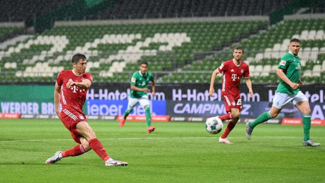 莱万建功戴维斯染红,拜仁1-0不莱梅提前2轮夺冠