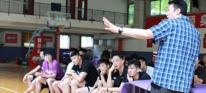 中国女篮心境导师亲上阵,深圳男篮队员批准心境疏浚