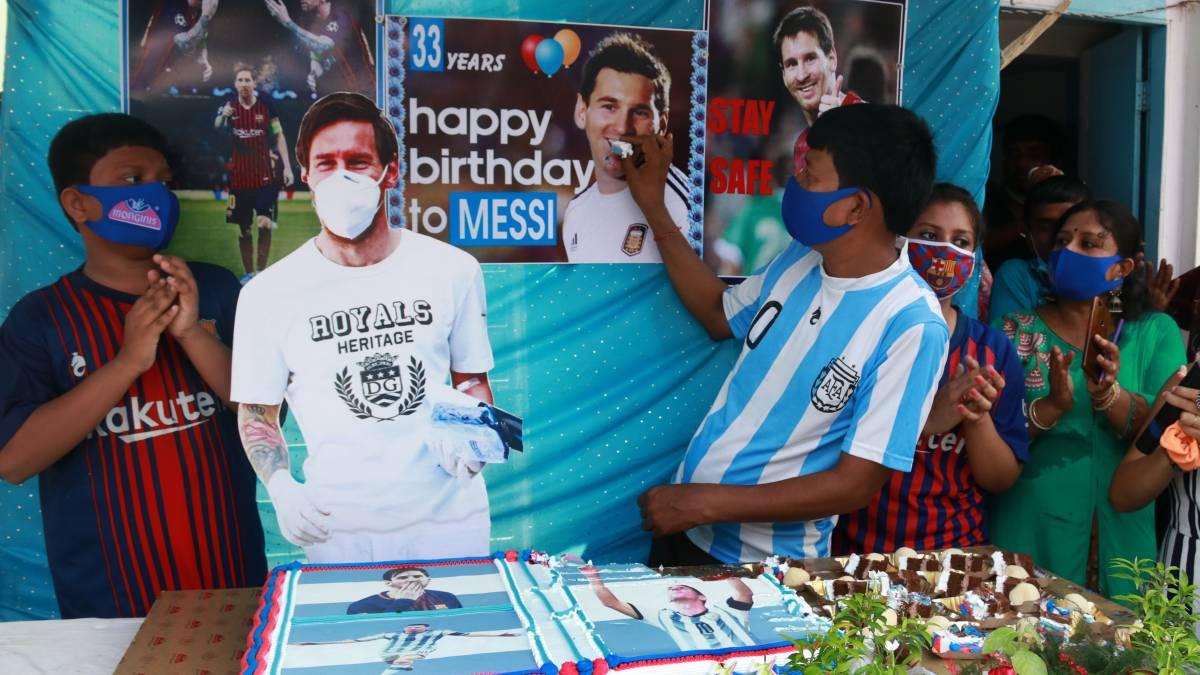 印度一球迷给梅西隆重庆生,为5000名疫情区民众分发食物  足球话题区