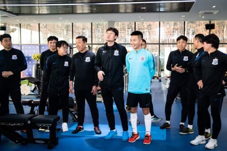 沪媒:申花助教团队自费包机回上海,姆比亚十天后回归