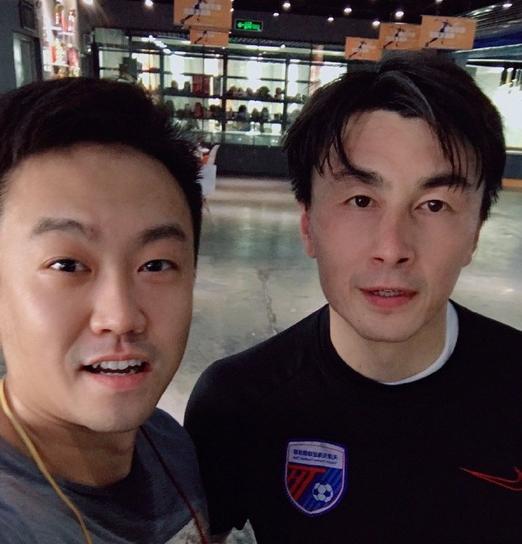 一图流:球迷在天津偶遇偶像李玮锋,仍穿着天海训练服