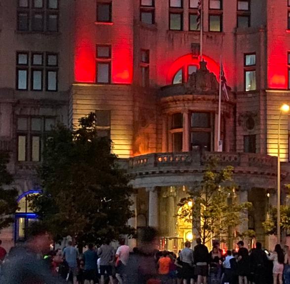 不可取!部分红军球迷肆意庆祝夺冠,标志性建筑遭点燃