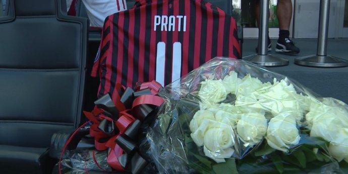 GIF:纪念去世名宿,罗马尼奥利赛前向普拉蒂球衣献花