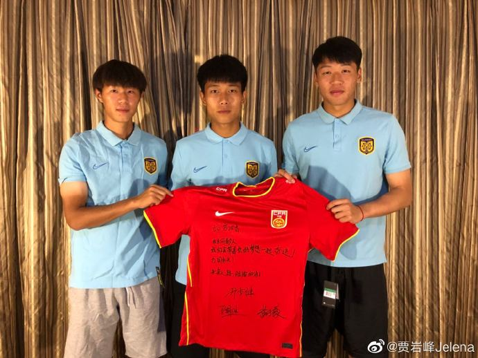 暖心!苏宁3名国青小将为河中踢球少年送上祝福和装备