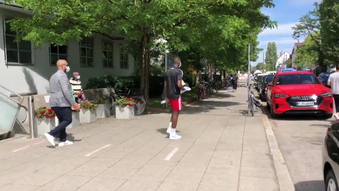 仁来了!图片报:库阿西穿拜仁球衣现身慕尼黑,接受体检