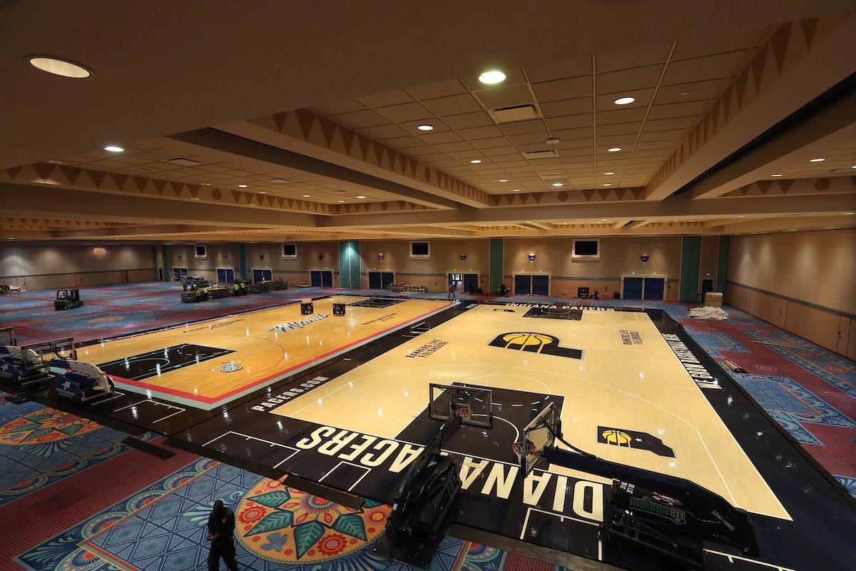 NBA官方晒图工人正在为奥兰众训练场地安置22队主场地板