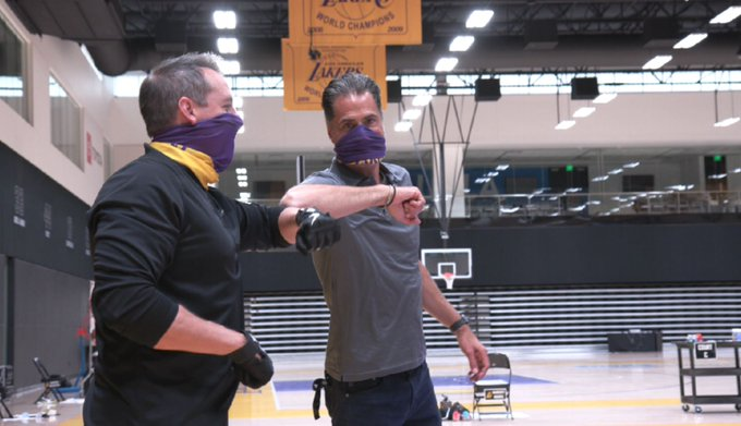 记者晒沃格尔和佩林卡训练馆合影,佩戴口罩且碰手肘致意