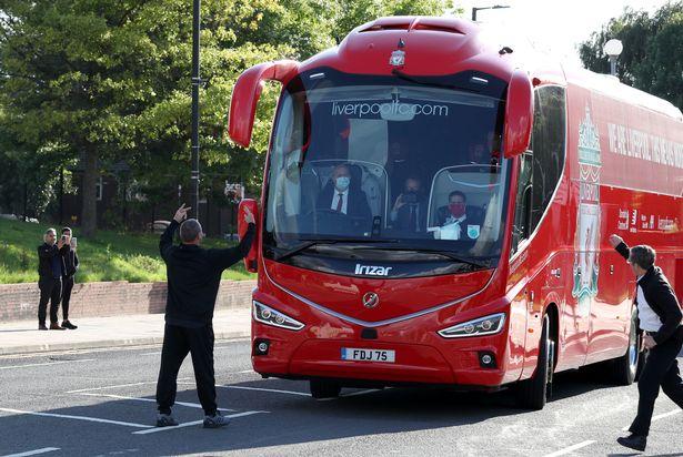 花絮!一名曼城球迷站在利物浦大巴前,试图阻止大巴进场  足球话题区