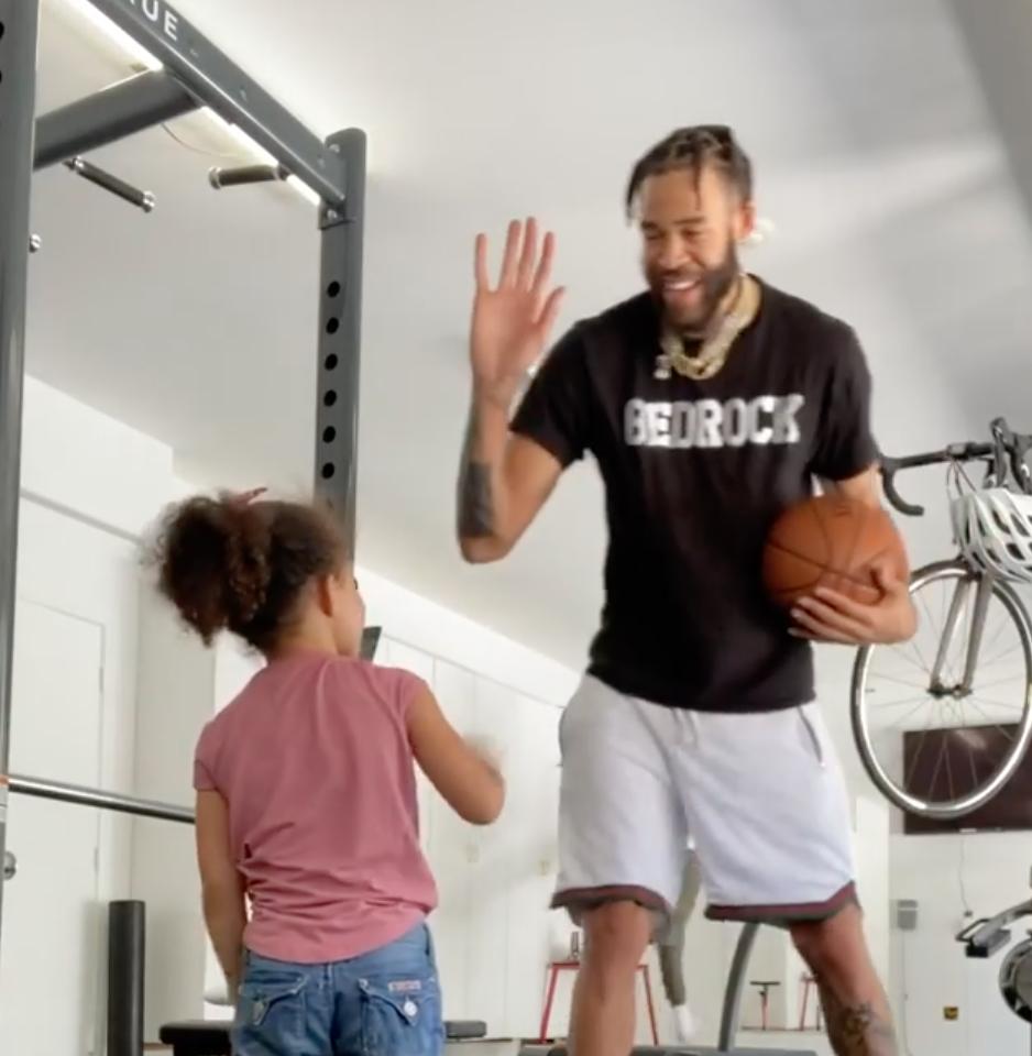 寓教于乐!麦基更新Ins晒出与女儿一起训练的视频