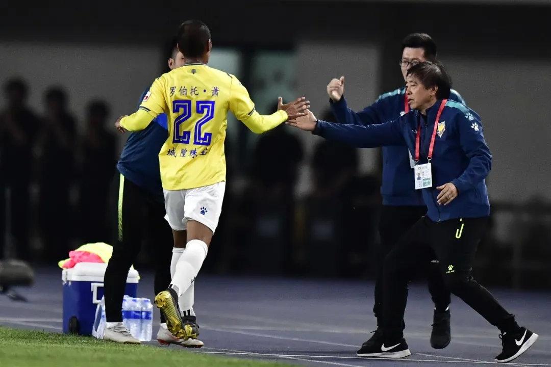 足球报:萧涛涛年薪200万美元,租借加盟昆山几成定局