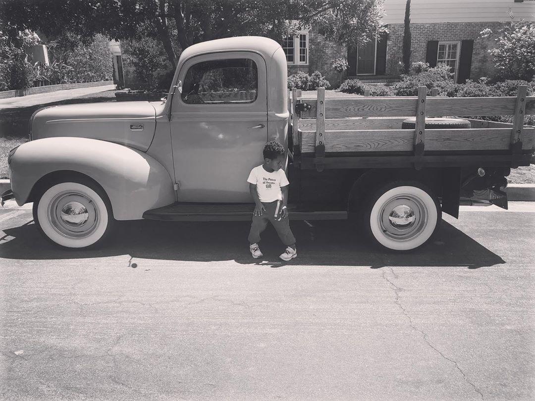 最酷的崽!威少妻子晒儿子倚靠着一辆货车的照片