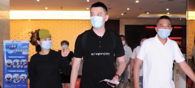 辽媒:杨鸣已出发前往青岛im体育投注平台亦博游戏网站地址,但还不能作为主教练临场指挥
