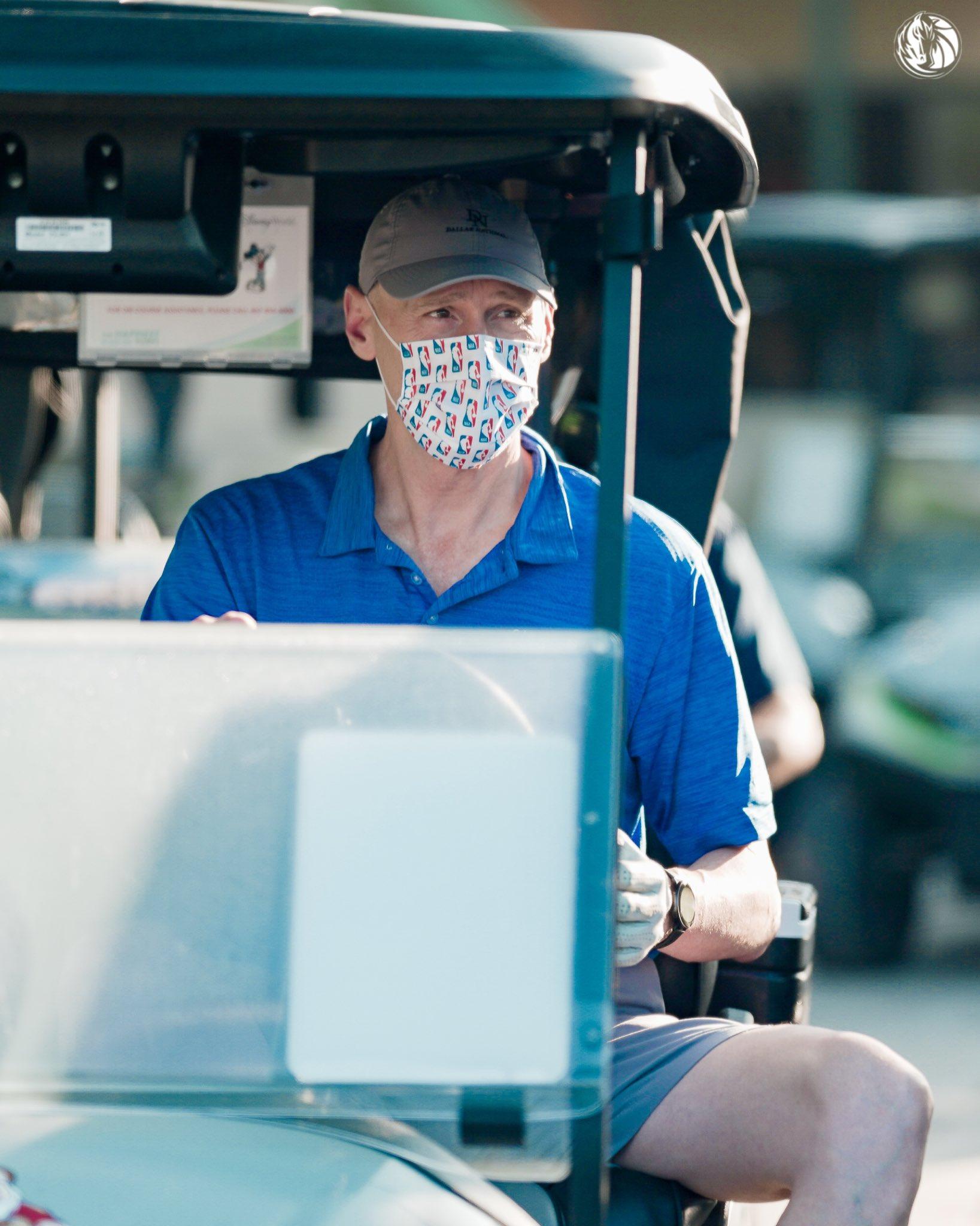 独行侠官推晒卡莱尔带球员打高尔夫照片:你觉得谁能赢?