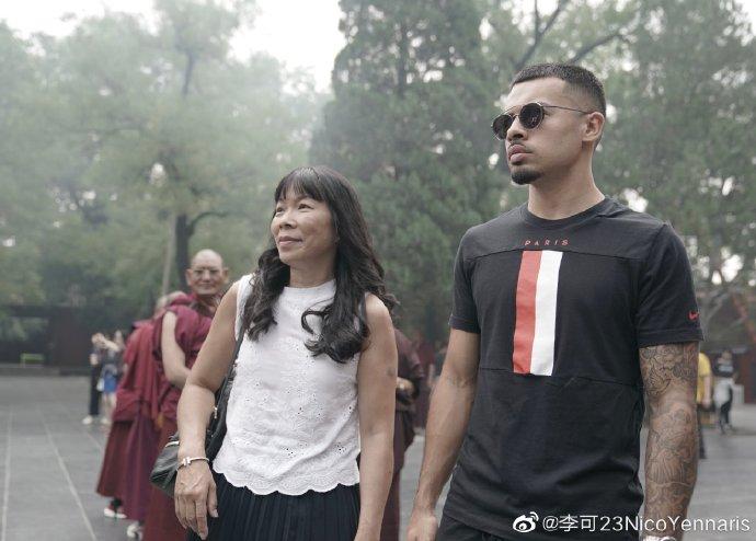 李可微博晒与母亲合影:一年前今天我与家人在中国相聚