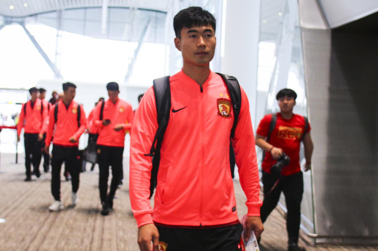 记者:邓涵文接受右膝关节镜手术,预计第一阶段首轮复出
