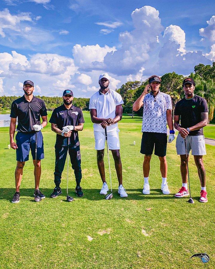 魔术官方推特晒球队放假打高尔夫照片:你想与谁对决?