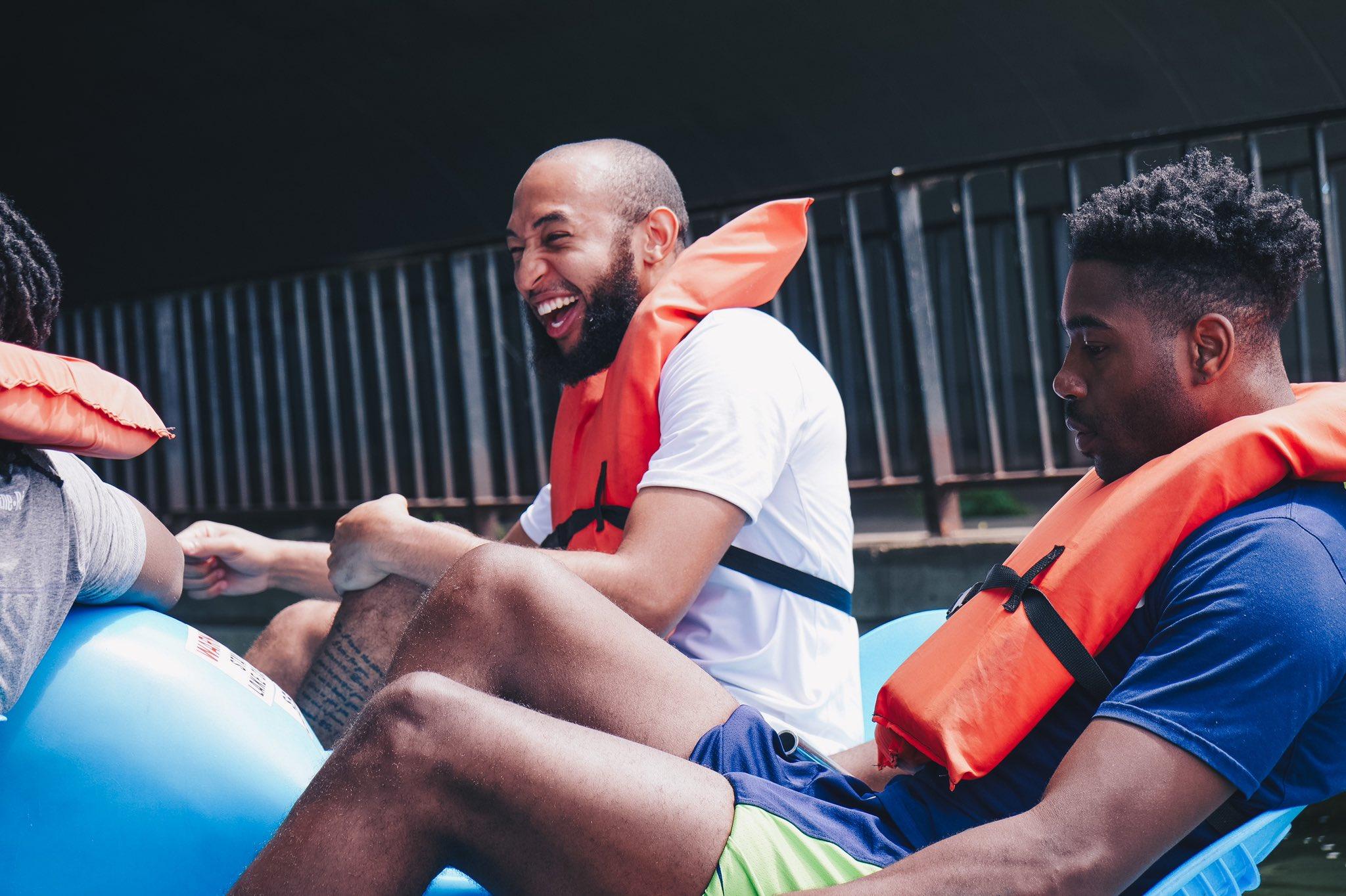 森林狼官推晒出众球员水中游玩照片:湖泊之城