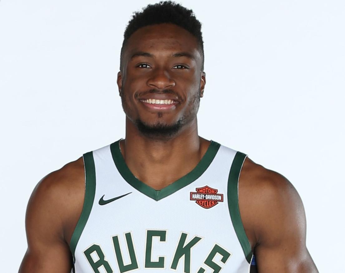 NBA官推祝雄鹿球员萨纳西斯-阿德托昆博28岁生日快乐