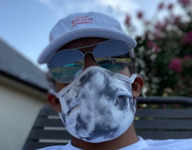 特雷-杨更新社交媒体,晒出自己佩戴口罩及墨镜的照片