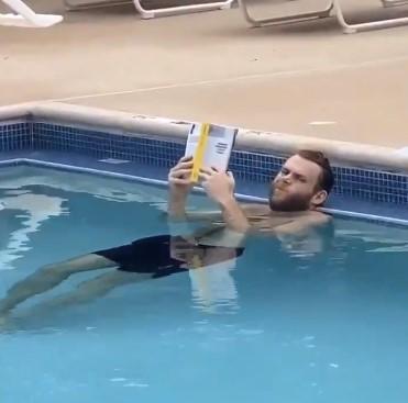 什么操作?鹈鹕官方晒尼科洛-梅利在泳池读书视频