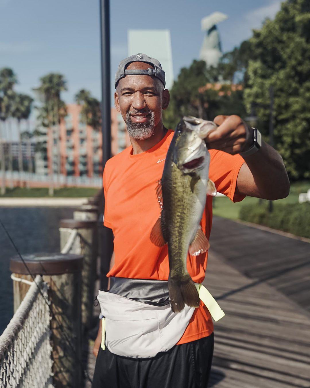 太阳官方Ins晒蒙蒂-威廉姆斯放假在迪士尼园区钓鱼图集