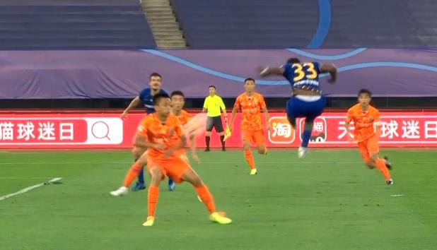 GIF:瓦卡索头球打中张弛手臂,裁判和VAR均未判罚
