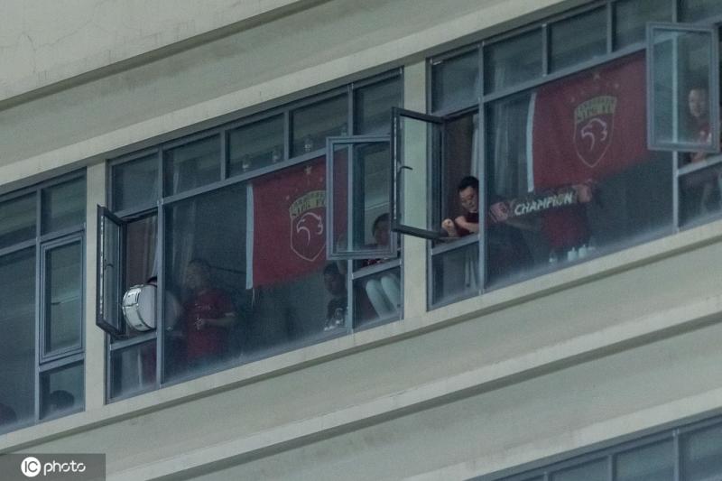 球景房新规:封死客房窗户,比赛期间不开灯不喧哗