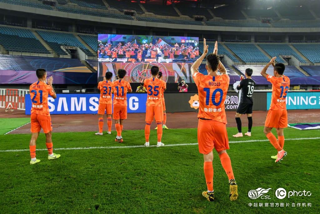 鲁能赛后向大屏幕致谢球迷:致敬永远在我们身后的你们!