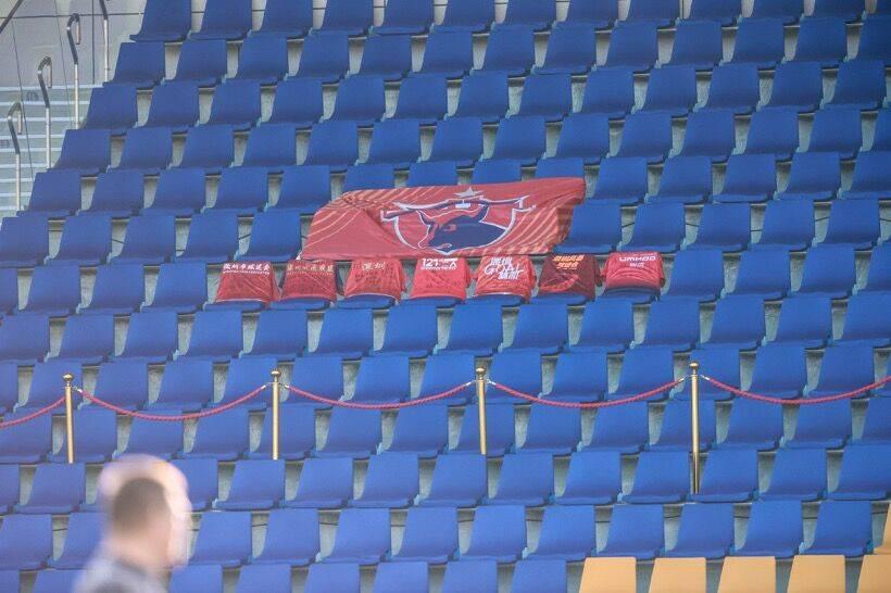 心与球队同在,深圳球迷将助威服与队旗放置在球场看台