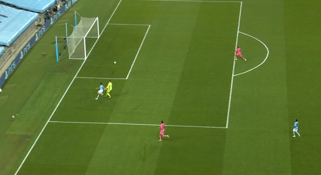 GIF:瓦拉内头球回传失误,热苏斯挑射空门得手