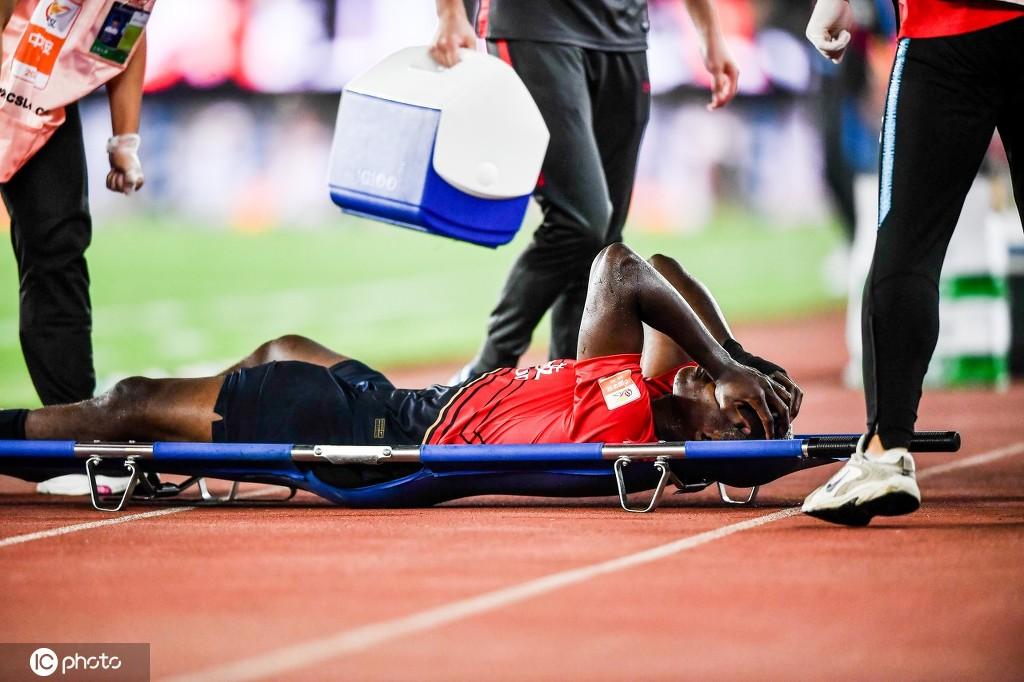 记者:马里右大腿肌肉轻微拉伤,休息几日便可痊愈