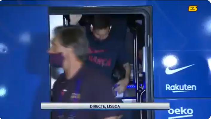 巴萨返回酒店时球迷已在等候,嘘声喝倒彩盖过掌声和喝彩