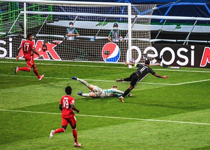 GIF:里昂前场进攻埃坎比中柱,遗憾错失进球良机