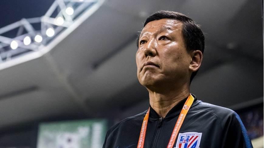 沪媒:申花与建业之战推迟后,崔康熙安排球队冒雨加练