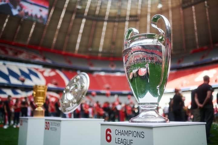 回来了!拜仁全队返回慕尼黑,在安联球场展示三冠王奖杯