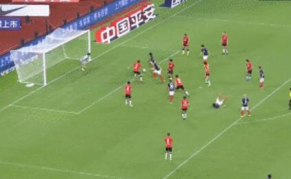 GIF:展现国门实力!颜骏凌神级反应化解重庆门前攻势