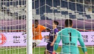 GIF:有争议!卓尔进球前疑似纳霍尔将球碰出底线