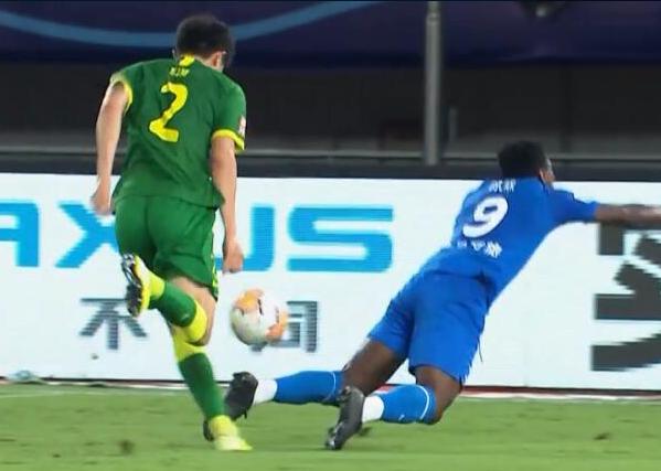GIF:是点球吗?奥斯卡与金玟哉接触后倒地,裁判未判罚