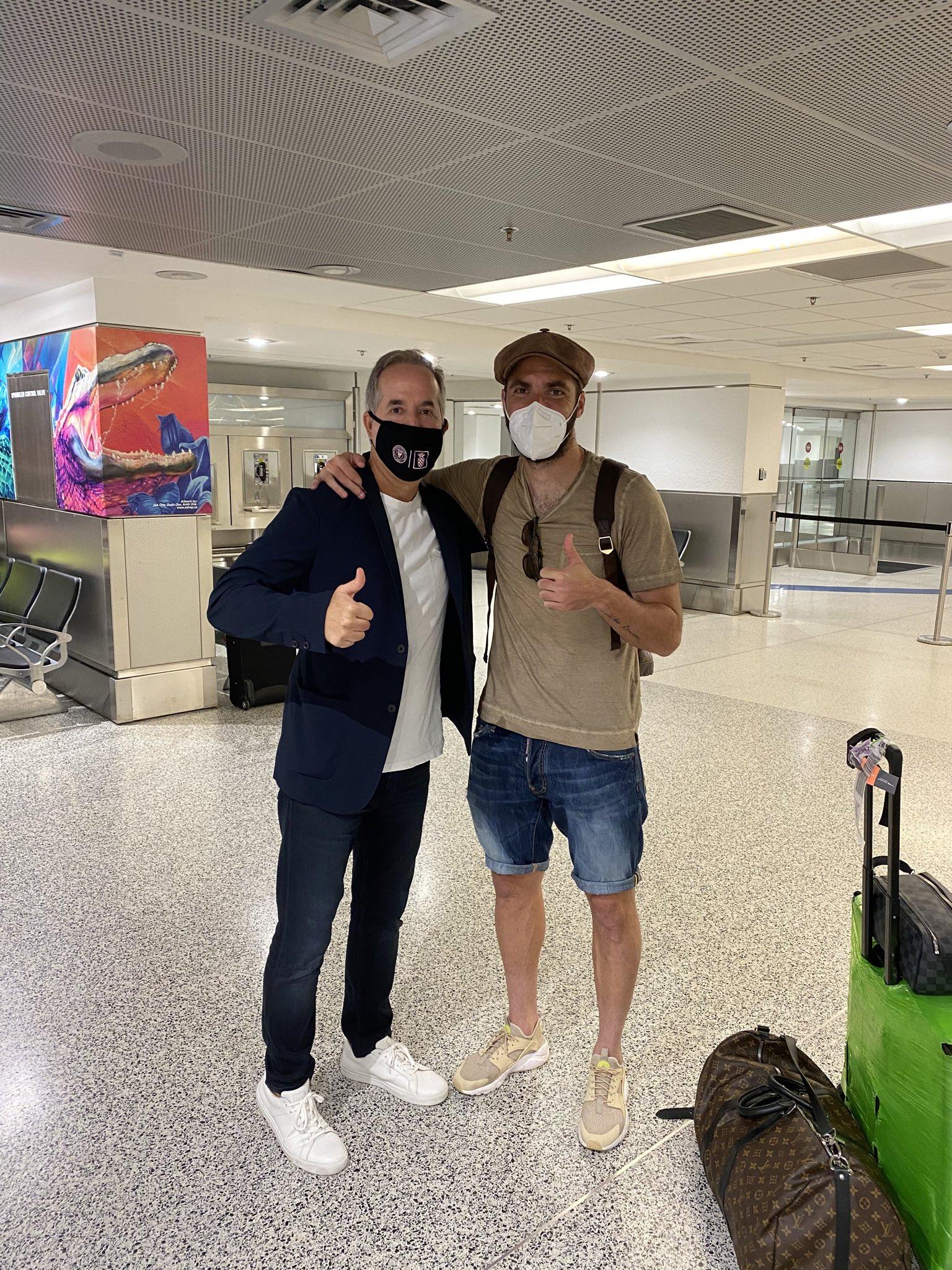 伊瓜因抵达美国,迈阿密国际老板亲自前往机场迎接 第1张