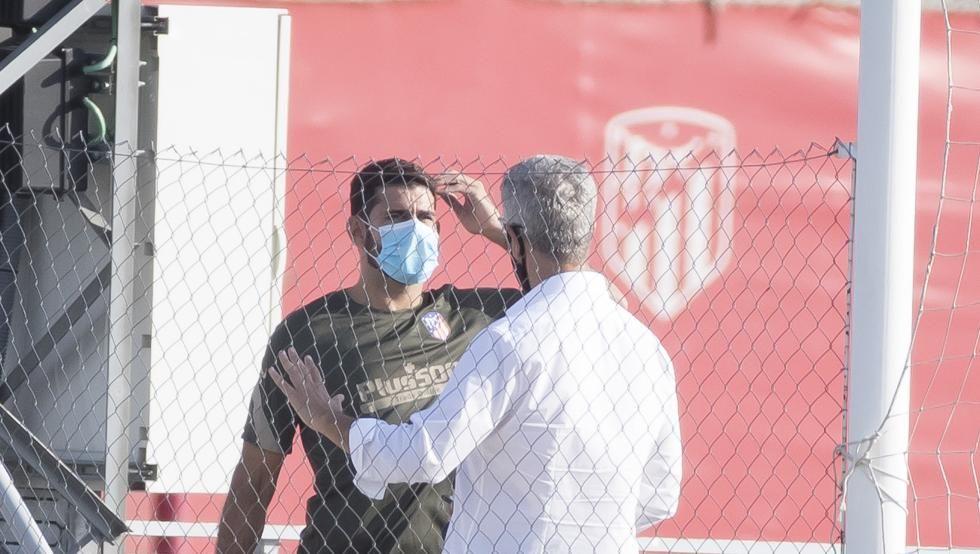 阿里亚斯和科斯塔归队训练,马竞CEO现身基地同后者交谈 第1张