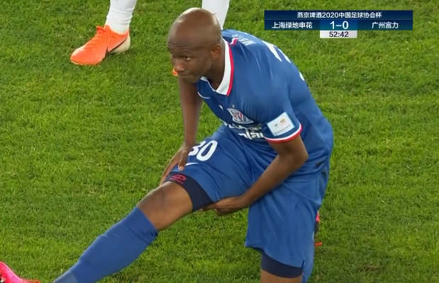 GIF:姆比亚右腿后侧肌肉疑似拉伤,无法坚持比赛被换