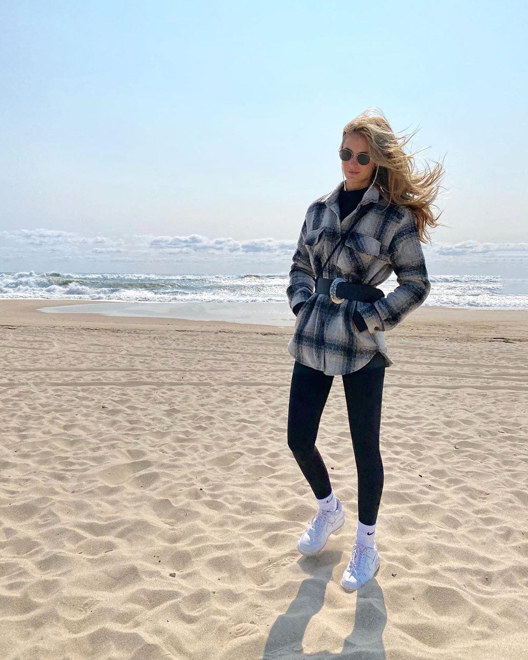 海风清凉!乐福女友晒自己与爱犬在沙滩边游玩的照片