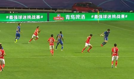 GIF:严鼎皓放倒埃德尔送点,但因吉翔手球在先被取消