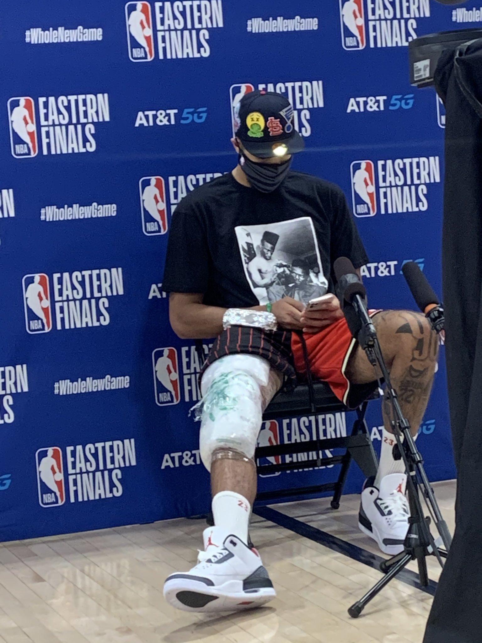 塔特姆赛后接受采访时右腿膝盖上绑着厚重的冰亚博棋牌娱乐袋